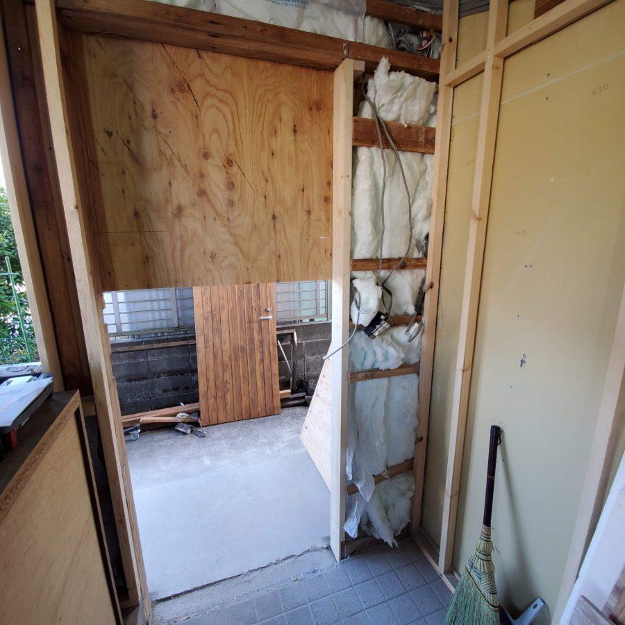 後の作業のために吊元間柱はミリの精度で垂直だし