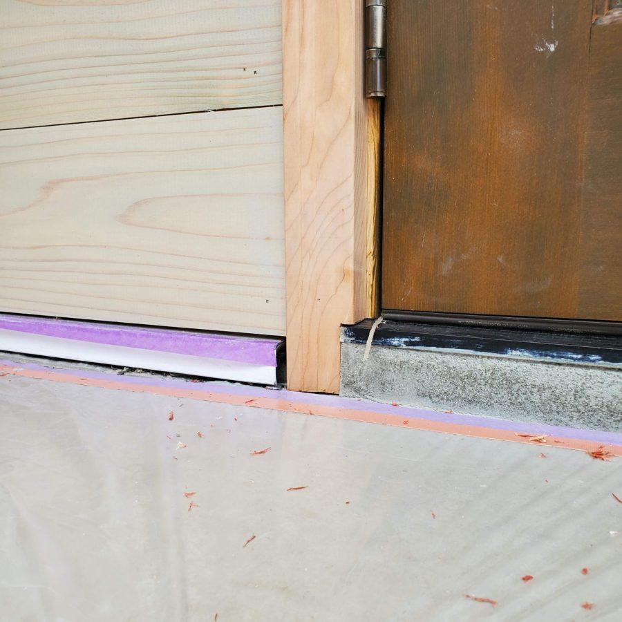 実験のためドア枠下部の木口塗装処理なし